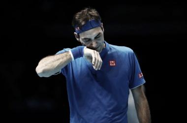 Imágen de Federer tras la derrota frente a Nishikori. El suizo necesita levantar su nivel de cara a lo que se le viene. Foto: Diario AS (España)
