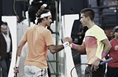 Federer y Coric se saludan en un partido. Foto: Dubái ATP