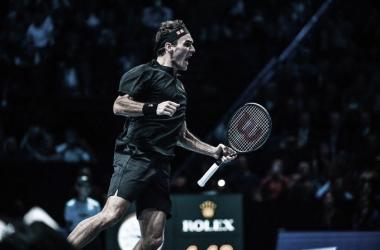 Federer vence Djokovic pela primeira vez em quatro anos e avança às semis do ATP Finals