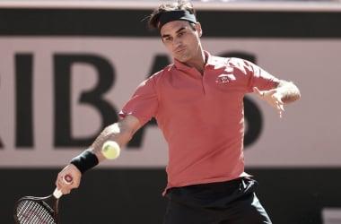 Federer domina Istomin e estreia com vitória no retorno a Roland Garros