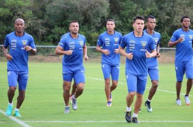 Algunos jugadores tricolores entrenando bajo el mando de Gustavo Quinteros. Foto via: Federación Ecuatoriana de Fútbol.