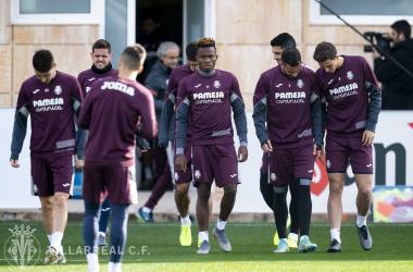 Los jugadores saltan al campo de entrenamiento / Foto: Villarreal C.F