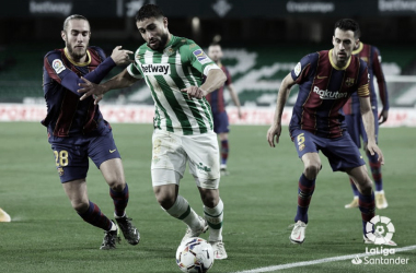 Fekir conduce el balón en el Real Betis - Barcelona FC. Foto:LaLIga Santander.