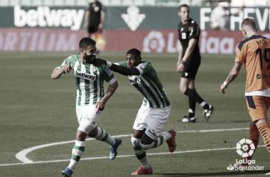 Fekir y Emerson celebran un gol en el Real Betis - Valencia CF de LaLiga 2020/2021. Foto: LaLiga Santander.