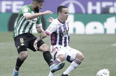 Nabil Fekir y Roque Mesa disputan el esférico en el Real Valladolid- Real Betis.Foto: LaLiga Santander.
