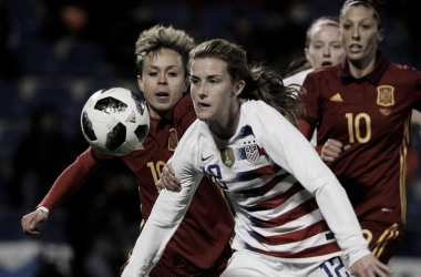 Amanda Sampedro y Jennifer Hermoso luchan por un balón ante la jugadora americana I Foto: EFE