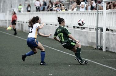 Una jugadora armera con la psesión del balón // Foto SD Eibar