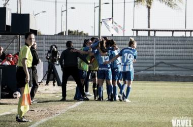 El Málaga celebrando el gol de Leticia. | Foto: Javi Muñoz (VAVEL)