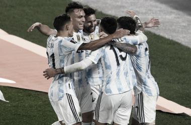 UNIÓN. Los hombres de la Selección Argentina se funden en un abrazo, nuevamente volvieron a dar que hablar. Foto: Web