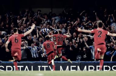 Los jugadores del Huddersfield celebran que estarán en la Premier League un año más. Foto: Premier League.