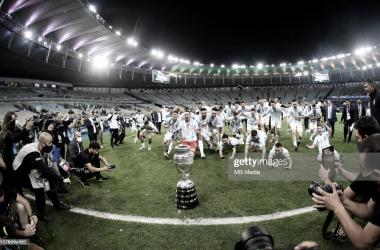 """FESTEJO DESEADO. Los hombres """"Albiceleste"""" se tiran en el césped del Maracaná y van camino al ansiado trofeo. Foto: Getty images"""