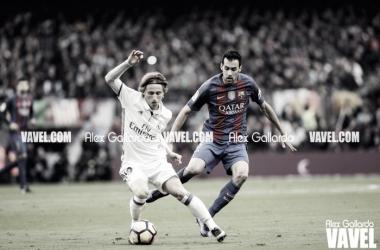 Luka Modric y Busquets en un Clásico. Imagen: Álex Gallardo (VAVEL)