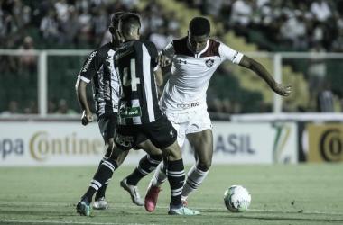 Em jogo truncado, Figueirense vence Fluminense e abre vantagem na Copa do Brasil