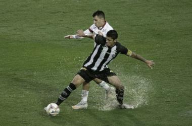 Com gol de trás do meio de campo, Figueirense vence confronto direto contra Náutico
