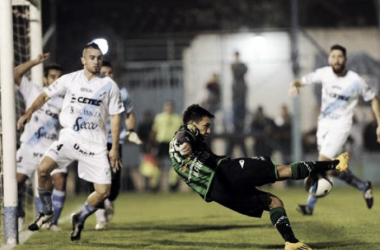 Figueroa, actual futbolista del Cele, cuando lo enfrentó con la pilcha verdinegra. Foto: Olé