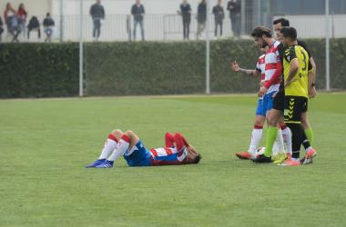 Yael se duele en el suelo ante la mirada de sus compañeros. Foto: David López Córdoba/ VAVEL.