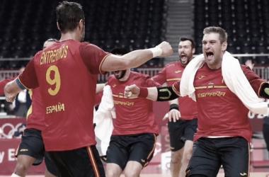 Los Hispanos celebrando el pase a semifinales. (Fuente Twitter @RFEBalonmano)