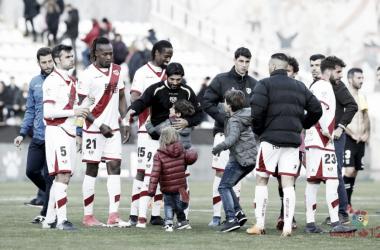 Jugadores celebrando con la afición en Vallecas. Fotografía: La Liga