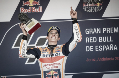 Márquez dedicando el triunfo a Ángel Nieto / Foto: Repsol Honda Team (Twitter)