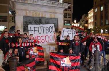 Los aficionados del CF Reus en la Plaza Prim | Foto: Andreu Rauet (VAVEL)