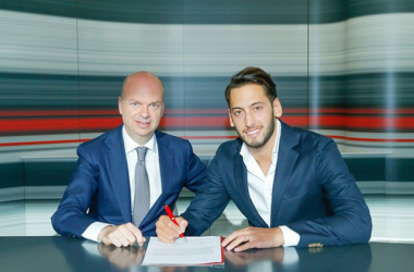 Hakan Calhanoglu signs his AC Milan contract. | Photo: AC Milan.