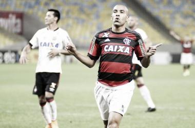 Flamengo vence Atlético-PR em jogo movimentado no Maracanã