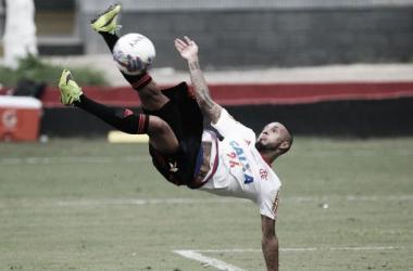 Paulinho chegou a treinar, mas não joga o clássico (Foto: Gilvan de Souza / Flamengo)