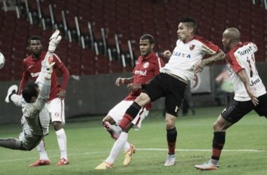 Flamengo bate Internacional com gol e assistência de Guerrero