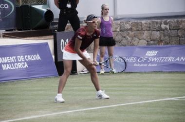 Kirsten Flipkens prepares to return serve. | Photo: Mallorca Open