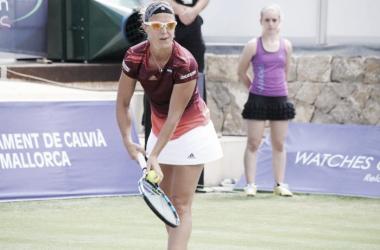 Kirsten Flipkens prepares to hit a serve during her first round match against Garbiñe Muguruza at the 2016 Mallorca Open. | Photo: Mallorca Open
