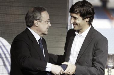 Florentino Pérez se estrecha la mano con Raúl González Blanco en un acto I Foto: Real Madrid