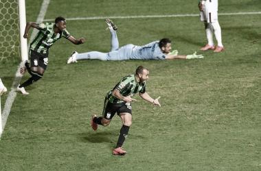América-MG marca no fim, elimina Ferroviária e passa na Copa do Brasil