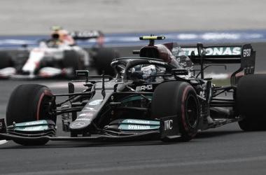 El Mercedes del poleman, ingresando al segundo sector | Foto: Fórmula 1
