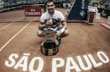 Fognini com o troféu do Brasil Open (Foto: Marcello Zambrana/DGW Comunicação)