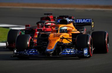 Charles Leclerc y Daniel Ricciardo peleando por la posición. Vía: marca.es