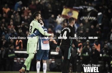 Diego López y Aarón Martín abrazándose tras ganar al Real Madrid. Foto: Noelia Déniz