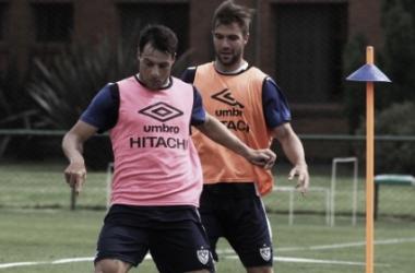 Desábato y Grillo disputan el balón. Foto: Vélez Sarsfield Página Oficial.