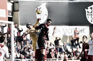 Catena intentado rematar un balón durante el partido | Fuente: CF Reus
