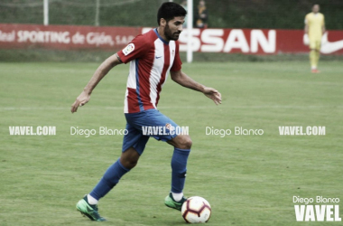 Carlos Carmona conduce el balón durante un partido. // Foto: Diego Blanco-VAVEL