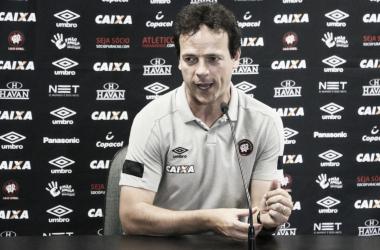 Diniz critica jogo 'lateralizado' do Atlético-PR, mas ressalta boa atuação diante do Bahia