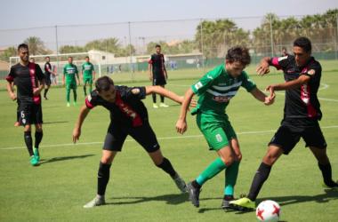 Iván Pérez, del FC Cartagena, es encarado por dos rivales. Foto: FC Cartagena.