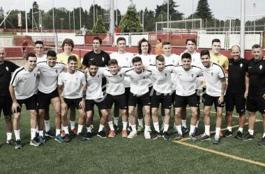 Los componentes del Sporting B antes del primer entrenamiento. // Foto: Diego Blanco-VAVEL