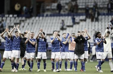 Los jugadores del Real Oviedo saludan a la afición tras el final del partido. | Imagen: Real Oviedo
