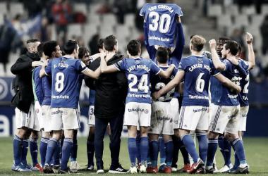 Los jugadores del Real Oviedo muestran a la afición la camiseta del canterano Edu Cortina. | Imagen: Real Oviedo.