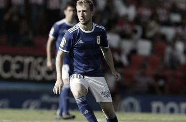 Edu Cortina conduce el balón en el partido que supuso su debut, en el Anxo Carro. | Imagen: Real Oviedo.