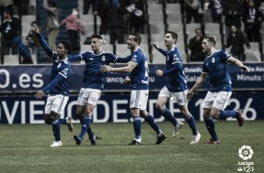 Los jugadores del Real Oviedo celebran el tanto de Edgar Yoel Bárcenas. | Imagen: LaLiga 1|2|3.
