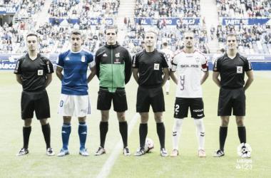 De la Fuente Ramos, en el centro de la imagen, sin chaqueta, durante la foto inicial antes del Real Oviedo 1-0 Albacete Imagen: La Liga.