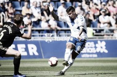 Carlos Hernández trata de tapar un disparo de Nano Mesa. | Imagen: CD Tenerife.