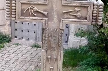 """Mano tallada en la """"Cruz de los Descalzos"""" (Cuenca)   Fotografía: Xus JC"""