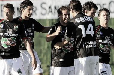 Jugadores de Rampla Juniors celebrando la victoria ante Huracán.